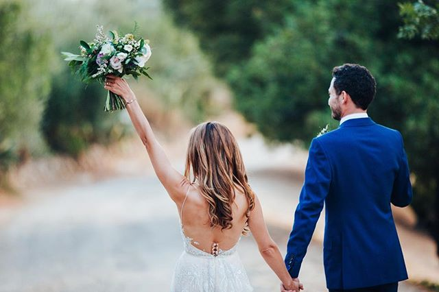 Wahoo!!! L&Ls insanely gorgeous Malibu Wedding is on @100_layercake today.  Http://www.100layercake.com/real-weddings/stylish-rustic-malibu-wedding-at-farm-108/ Vendors: @ellilaurenweddings @ladyccakes @thetopangatable @otisandpearl @loriyoungmakeup @be_hairworks @malibueventlighting @malibubartenders  #weddingideas #malibuweddingplanner #malibuweddings #cakes #weddingcakes #malibuflorist #flowerideas #wedding2018 #weddingstyle2018