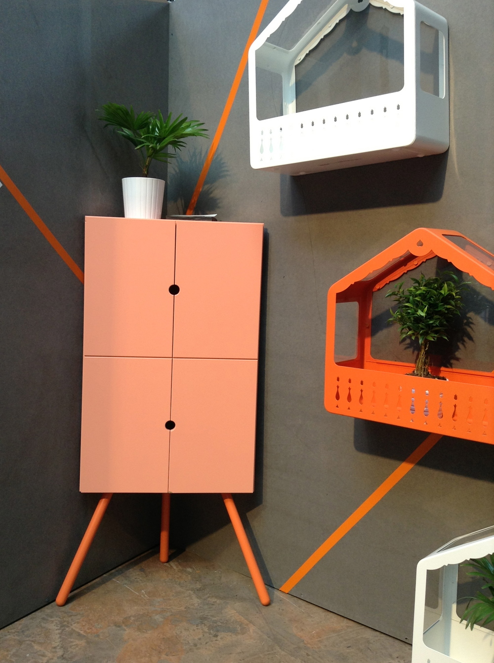 Rohová skříňka, design Keiji Ashizawa; skleník, Nicolas Cortolezzis