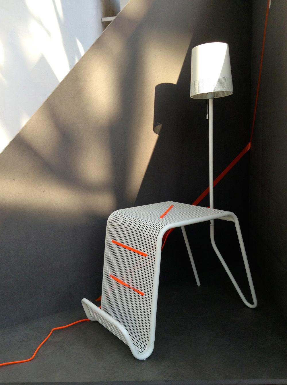 Stolek s lampou, design Tomek Rygalik