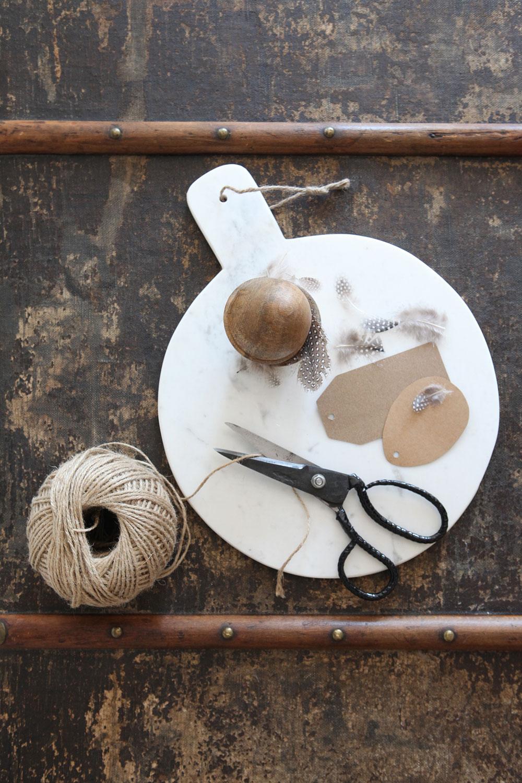 Mramorové prkénko od Madam Stoltz, dřevěná krabička ve tvaru veje od Madam Stoltz, nůžky Plastic od Tine K Home, všechny produkty z Nordic Day
