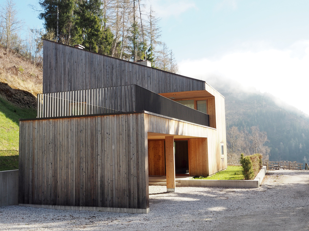 The smaller of the two Aufberg homes, 1110 appears to naturally emerge from the hillside, as the angle of the roof follows the angle of the terrain. The simplicity of this home is underscored by the choice of an all-wood facade made of larch, which will age gradually and naturally, never loosing its beauty and charm.