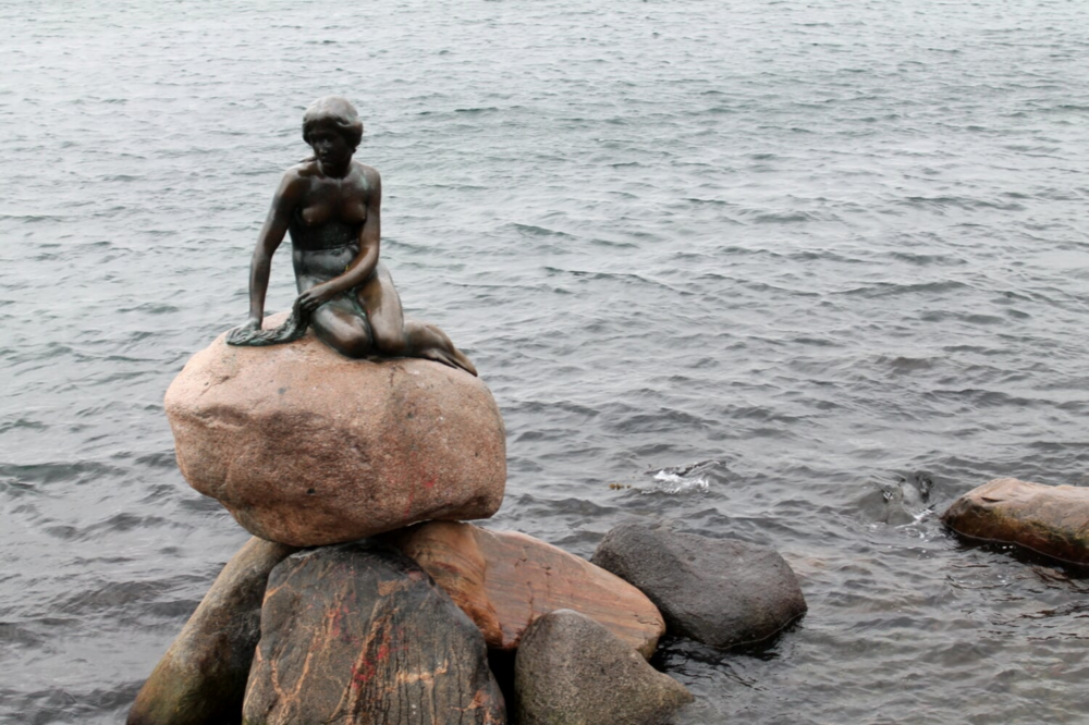 Inspired by Andersen's story The Little Mermaid, the sculptor Edvard Erikson created a bronze statue of the little mermaid, which rests on a rock at the Langelinie promenade.