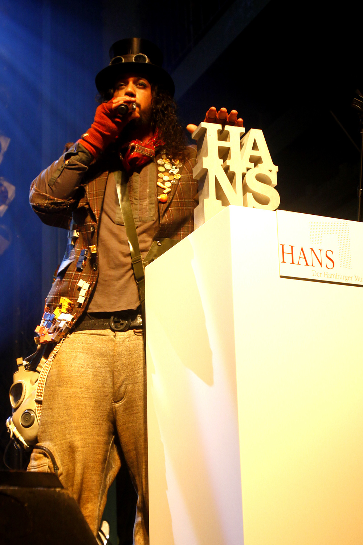HANS 2012 / Laudator und Preisträger - Samy Deluxes Alter Ego Herr Sorge (© public address)