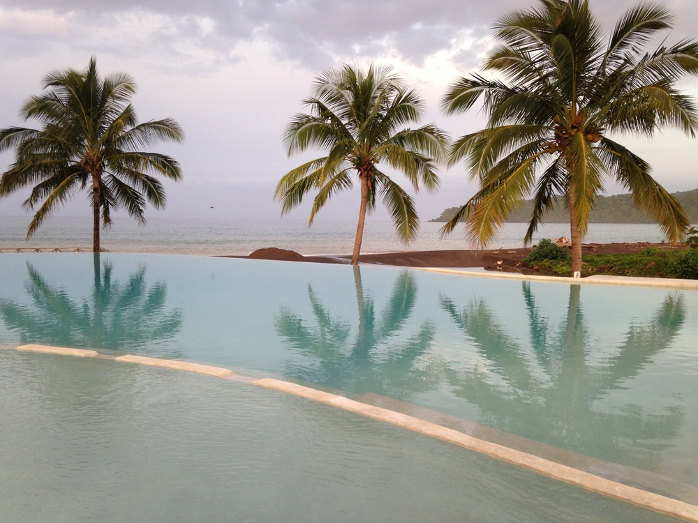 The beautiful infinity pool in front of the break!