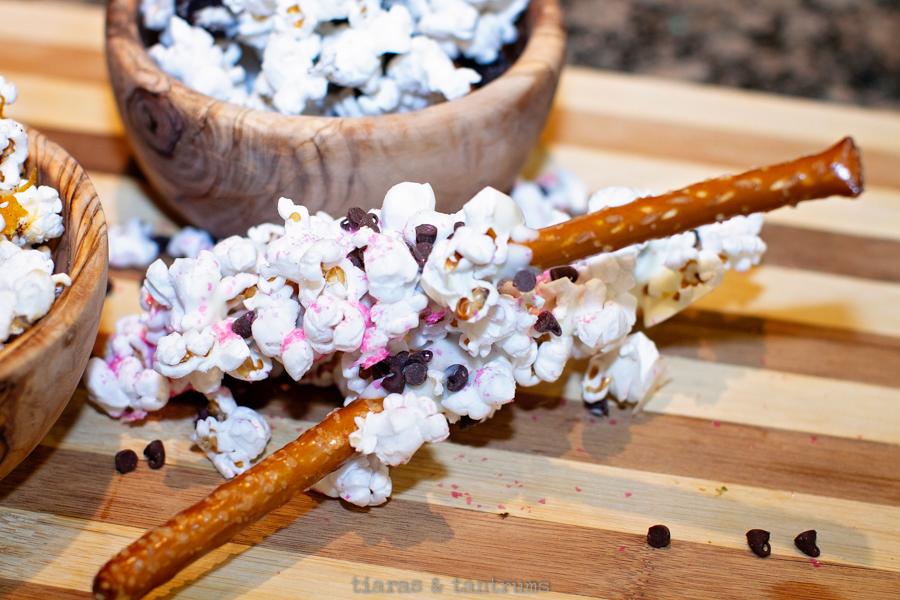 Sweet & Salty Popcorn Pretzel Sticks #popcorn #popcornpretzels #sweetpopcornpretzels