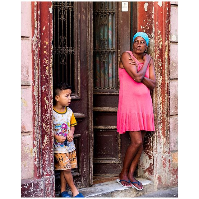 Wondering. 📍Habana, Cuba 🇨🇺 . . . #aVidaQEscolhemos #aVqE #Havana #Habana #Cuba #vedado #travel #traveling #travelphotography #aroundtheworld #wanderlust #streetphotography #capturestreets #streetpeople #fujifilmxpt #fujifilmglobal  #fujifilm_Xseries #fujixseries #xpro2