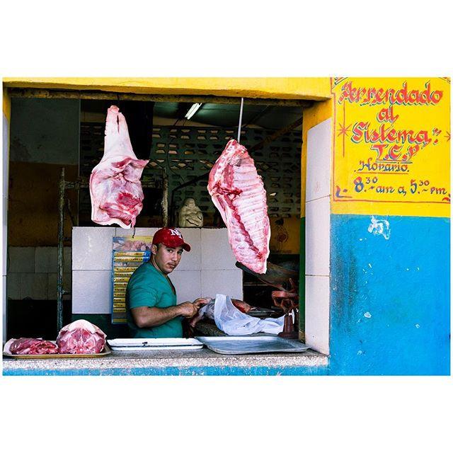 Raw. 📍Habana, Cuba 🇨🇺 . . . #aVidaQEscolhemos #aVqE #Havana #Habana #Cuba #vedado #travel #traveling #travelphotography #aroundtheworld #wanderlust #streetphotography #capturestreets #streetpeople #blackandwhite #bw#fujifilmxpt #fujifilmglobal  #fujifilm_Xseries #fujixseries #xpro2