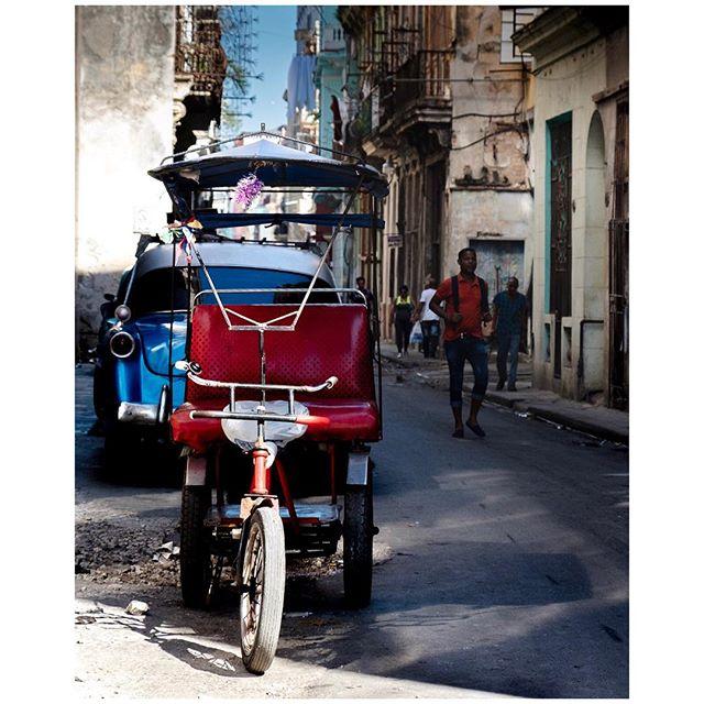 Let's go for a ride. 📍Habana, Cuba 🇨🇺 . . . #aVidaQEscolhemos #aVqE #Havana #lahabana🇨🇺 #Cuba #habanavieja #travel #traveling #travelphotography #aroundtheworld #wanderlust #streetphotography #capturestreets #streetpeople #fujifilmxpt #fujifilmglobal  #fujifilm_Xseries #fujixseries #xpro2