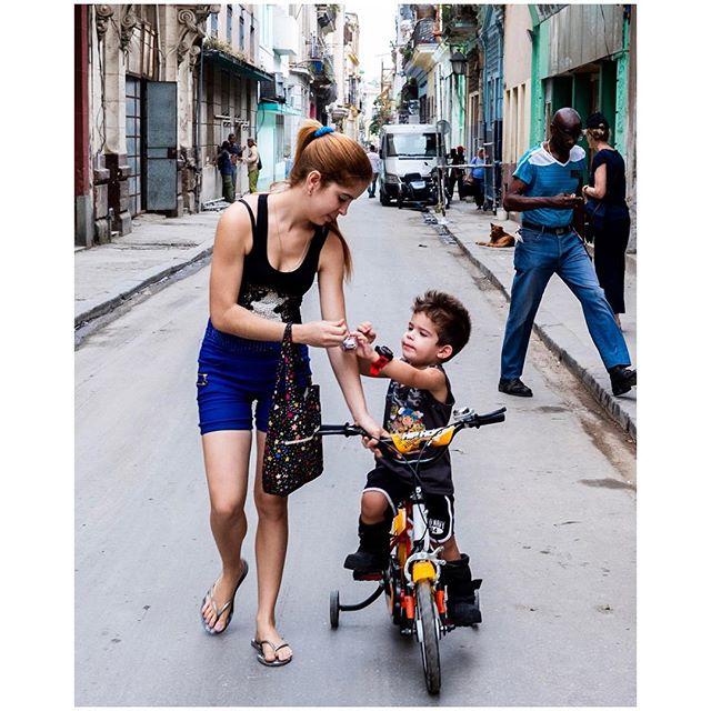 Mom. #morhersday 📍Habana, Cuba 🇨🇺 . . . #aVidaQEscolhemos #aVqE #Havana #lahabana🇨🇺 #Cuba #habanavieja #travel #traveling #travelphotography #aroundtheworld #wanderlust #streetphotography #capturestreets #streetpeople #fujifilmxpt #fujifilmglobal  #fujifilm_Xseries #fujixseries #xpro2