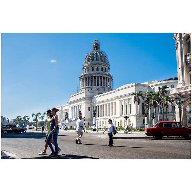 Buenos dias. 📍Habana, Cuba 🇨🇺 . . . #aVidaQEscolhemos #aVqE #Havana #lahabana🇨🇺 #Cuba #habanavieja #travel #traveling #travelphotography #aroundtheworld #wanderlust #streetphotography #capturestreets #streetpeople #fujifilmxpt #fujifilmglobal  #fujifilm_Xseries #fujixseries #xpro2