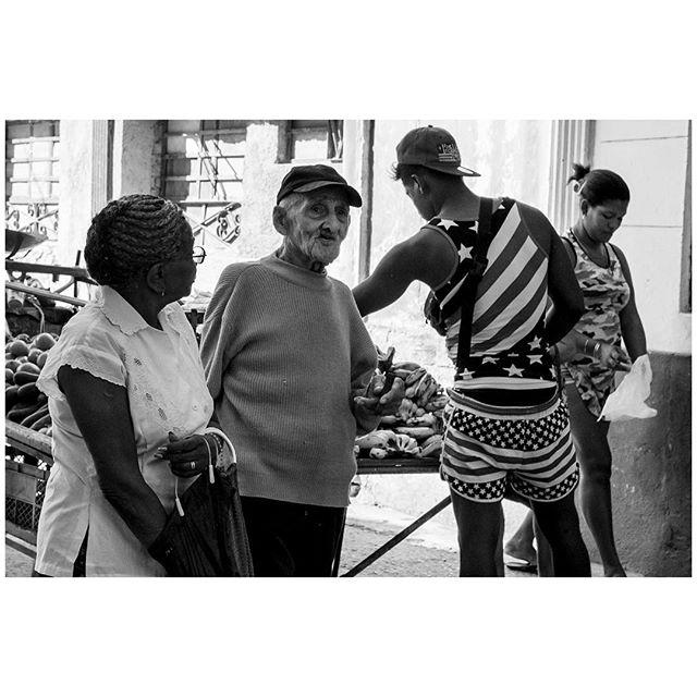 Walking talks. 📍Habana, Cuba 🇨🇺 . . . #aVidaQEscolhemos #aVqE #Havana #Habana #Cuba #vedado #travel #traveling #travelphotography #aroundtheworld #wanderlust #streetphotography #capturestreets #streetpeople #blackandwhite #bw #fujifilmxpt #fujifilmglobal  #fujifilm_Xseries #fujixseries #xpro2