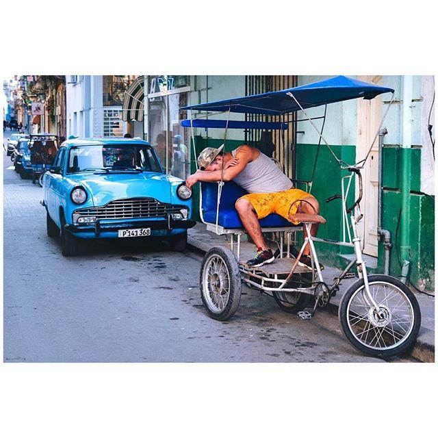 Sunday mood. 📍Habana, Cuba 🇨🇺 . . . #aVidaQEscolhemos #aVqE #Havana #Habana #Cuba #habanavieja #travel #traveling #travelphotography #aroundtheworld #wanderlust #streetphotography #capturestreets #streetpeople #blackandwhite #fujifilmxpt #fujifilmglobal  #fujifilm_Xseries #fujixseries #xpro2