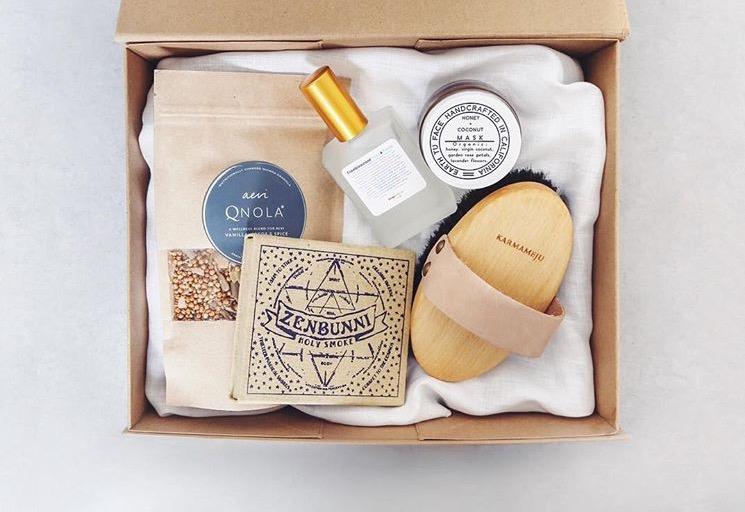 Spring Box 2017 Contents : Earth Tu Face: Honey + Coconut face mask   Living Libations: Frankincense Face Tonic  QNOLA   Karmameju: Recharge ionic body brush   Zenbunni 'Holy Smoke' incense