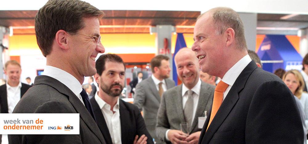 Der niederländische Premierminister Mark Rutte diskutiert StyleShoots mit dem Vorstandsvorsitzenden Maurits Teunissen.