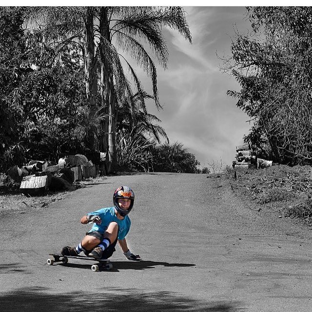 Team rider @eddie_j_h. Thane down the driveway #palisadeslongboard