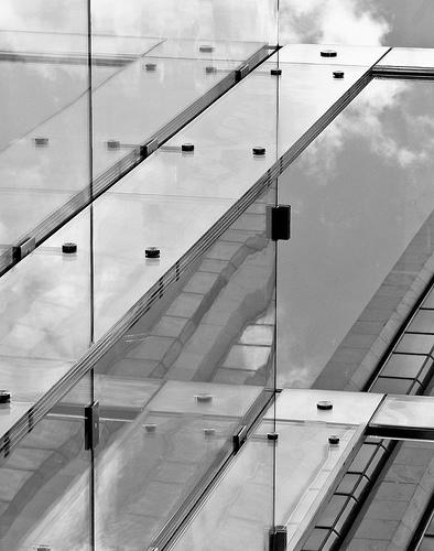 Woah! Painéis de vidro estrutural apoiados e amarrados por perfis metálicos!