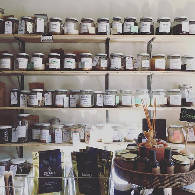 Love discovering new shops in our own backyard. Nob Hill Herb Company is a sweet little shop with soaps, tea sets and all sorts of herbs in bulk!!! Think all the mushroom powder varieties as well as matcha (an obvious favorite). Rather than buy an expensive mushroom blend you can simply create your own here! The shop popped up only 6 months ago ✨ 👶🏻👶🏽👶🏾 ✨ Go check them out! #notsponsored #justafan #sonewtheydonthaveageotag 1528 California St. (at Polk St.)