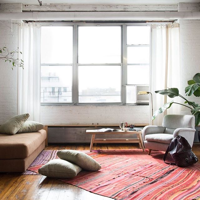 Calling all Brooklyn and NYC residents — Feeling overwhelmed or uninspired with your home space? New Min. can help (on Oct 26 & 27th 😉). The NM Design Consultations, with a focus on decluttering, utilize the simple updates that can make a huge impact on a space.  Think: a change of a paint color, the replacement of a key piece of furniture, or an upgrade in lighting.  These consults prioritize your to-do list and jumpstart your motivation to revamp your space!  1-hr In-Home consult + customized action plan PDF for $195!!! Fri. 10/26 + Sat. 10/27 available for Brooklyn and NYC residents 🖤  Email Kyle @ newminimalism.com to snag your spot!  Photo by @claireesparros, styled by @justindipiero, furniture @orior_bydesign