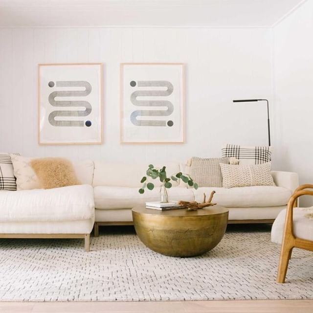Need advice on how to keep clutter at bay when you live in a large space?  See our latest article on @mindbodygreen!  Link in profile 🤗 #happymonday  Impeccable design by @salt_coastal_interiors  Photo by @alisonbernier