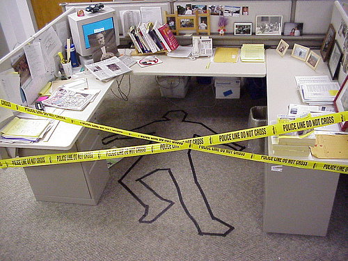 funny-office-desk-april-fools-prank-collegues-pranked-while-on-holiday.jpg