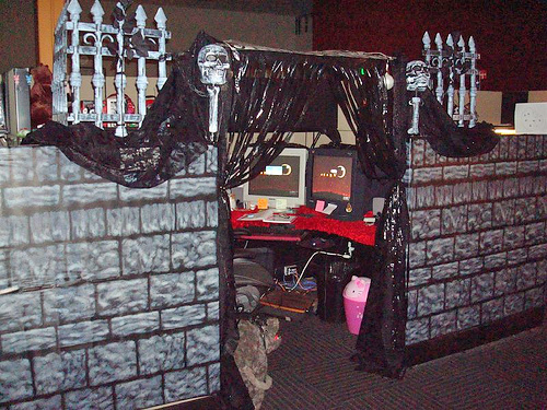 funny-halloween-real-office-prank-picture-castle-cubicle2.jpg