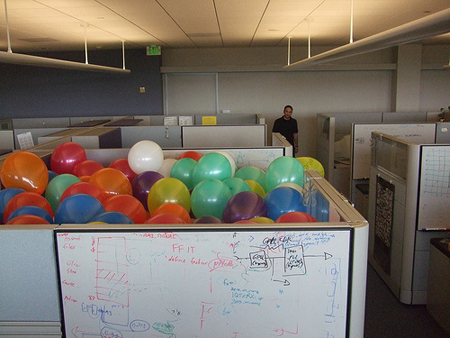 filled_cubicle_balloons_office_prank.jpg