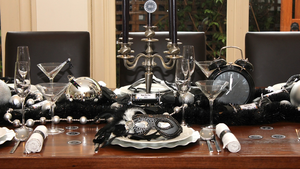 New years eve masquerade dinner party chic party ideas for Table 52 new years eve