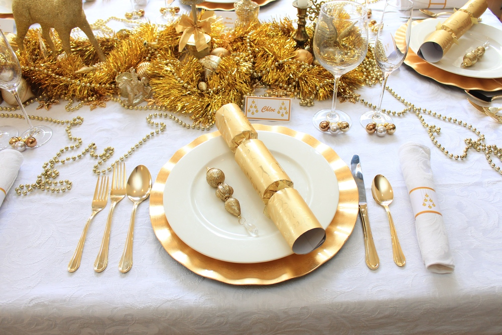 christmas table traditional gold and white design chic party ideas. Black Bedroom Furniture Sets. Home Design Ideas
