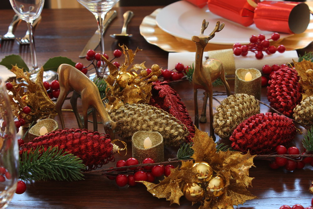 Christmas Table Setting Rustic Red and Gold Design