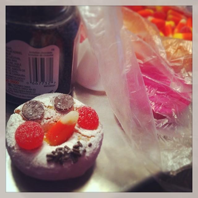 Voici ce qu'on fait avec des beignes et des bombons ;) #donuts #beigne #donut  #beignes #candy #art