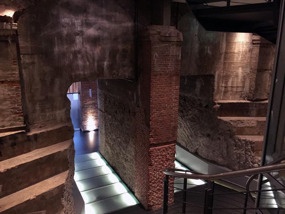 Eine spannende Zeitgeschichte wird durch das ursprüngliche Mauerwerk erzählt. Gerade mit den modernen Lichtinstallationen kommen sie zur Geltung.