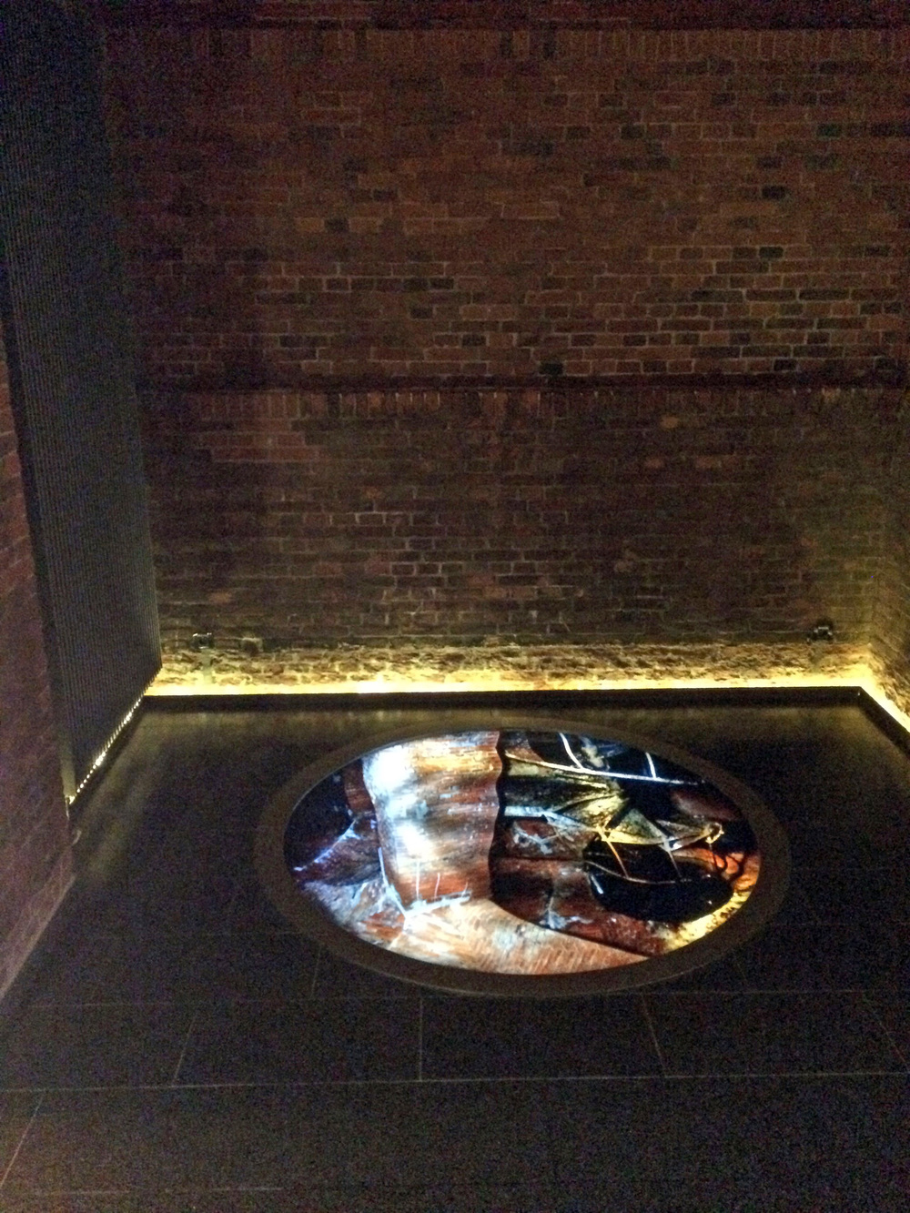 Die Künstlerin Ulrike Böhme erinnert mit sinnlichen Installationen an die Funktion des Wasserturms. Auf einem beleuchteten Glas, das im Boden der Lobby eingelassen wurde, sieht man Motive des Gebäudes sich wie im Wasser spiegeln.