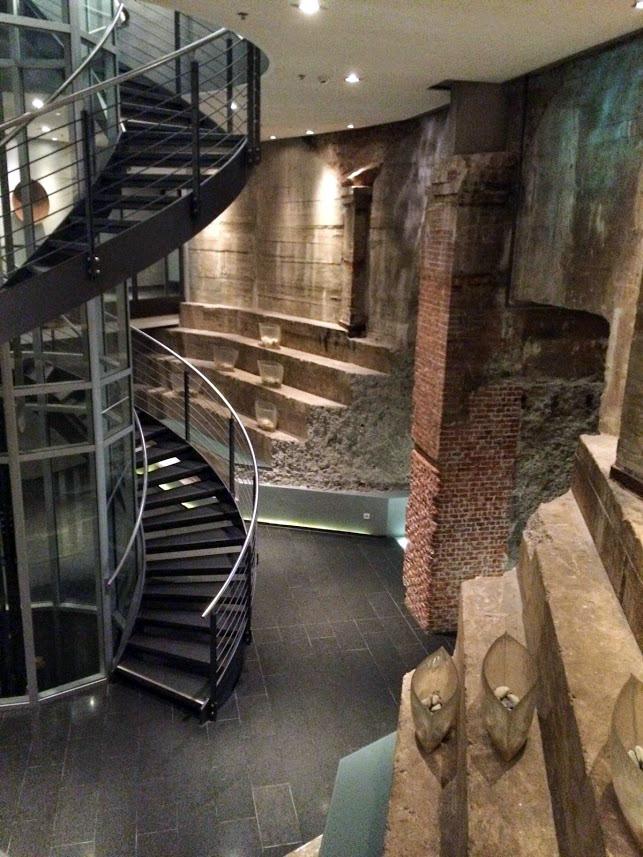 Im Mittelpunkt des Wasserturms befinden sich die grossen Abstufungen der Aussenwand im Fundamentringes. Sie reichen über zwei Geschosse und werden mit dem Aufzug sowie der eleganten und schlichten Treppe verbunden.