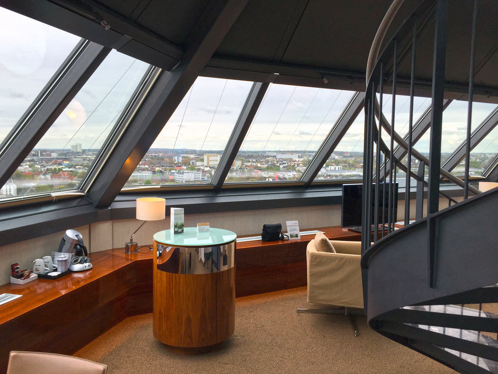 Puristisch und Luxeriös. Die Minibar wurde für die Turm Suite entworfen und steht wie ein kleiner eleganter Turm im Raum.