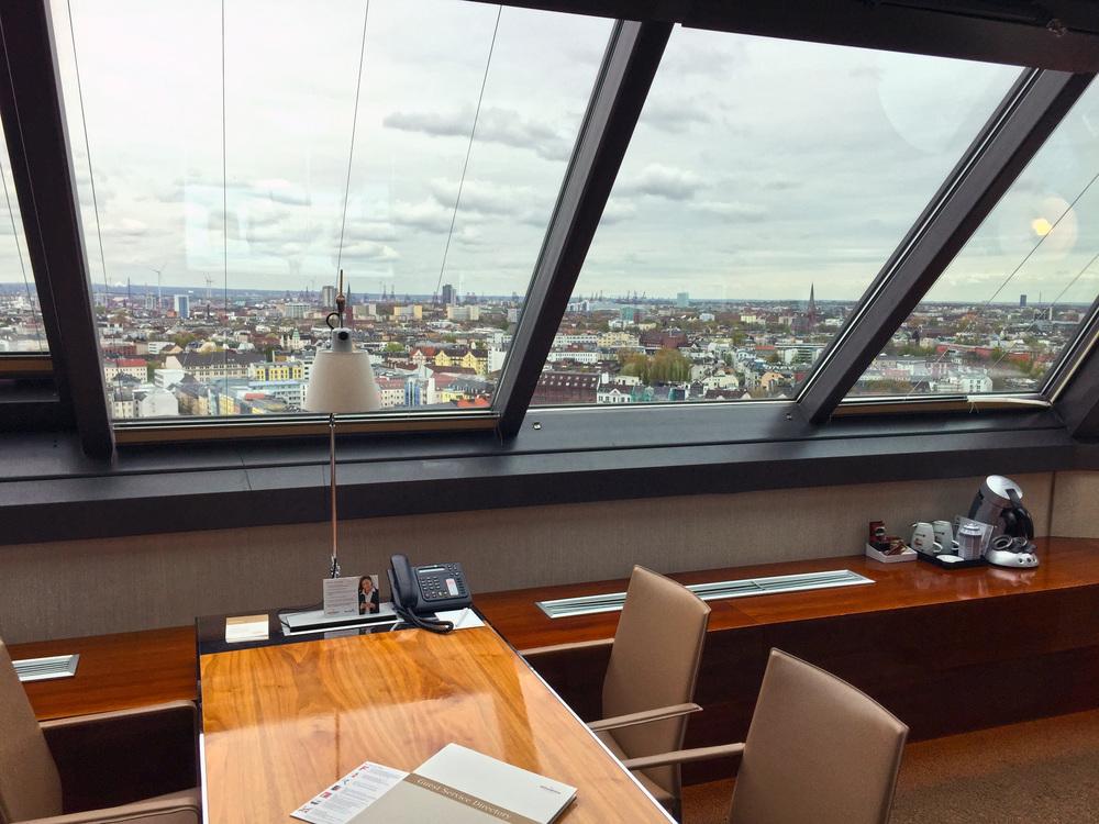 Beeindruckende Aussicht aus der Turm Suite über Hamburg.