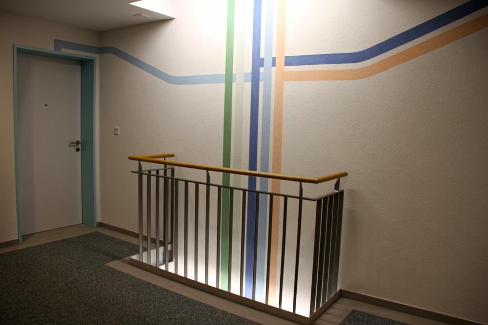 Bei den einzelnen Stockwerken verzweigen sich die Farbstrahlen zu den dazugehörigen Wohnungen.