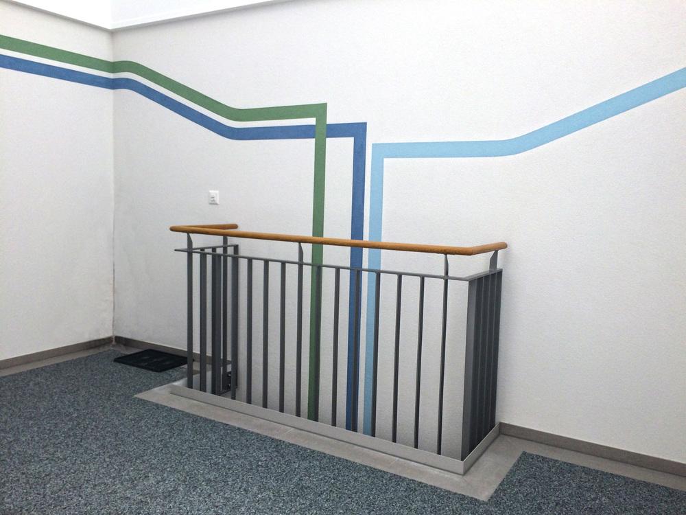 Jede Wohnung hat ihre eigene zugeordnete Farbe. Die Linien führen die Bewohner und die Besucher zu der gewünschten Wohnung.