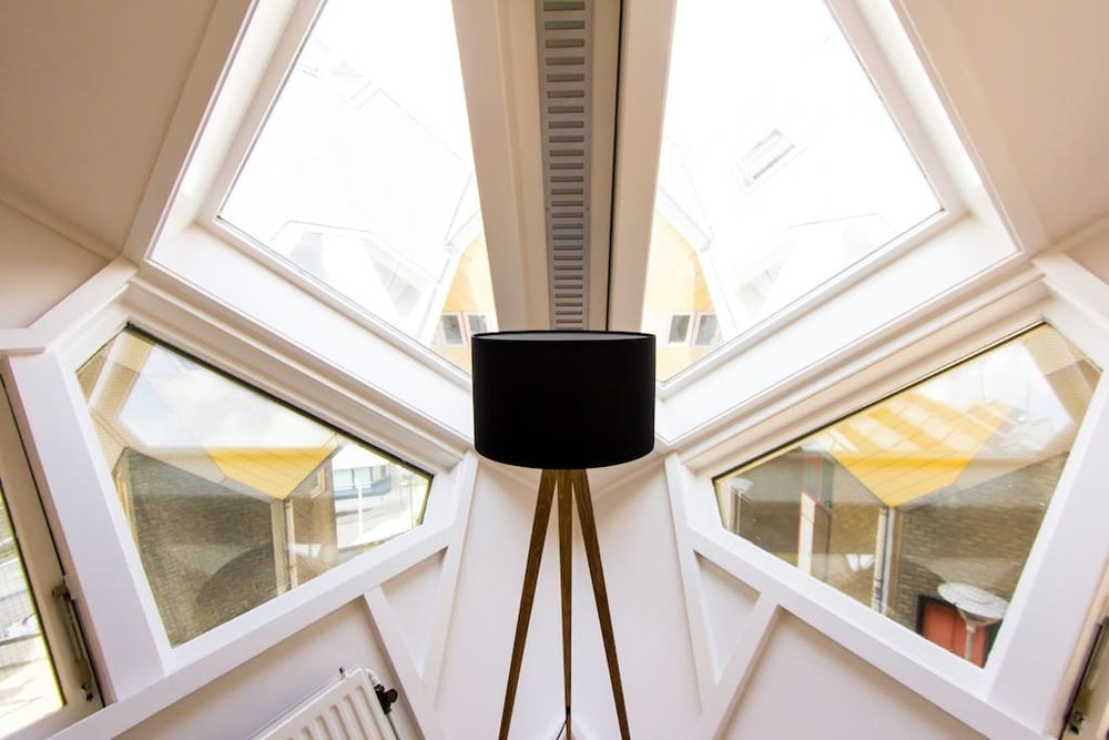 Die Fenster des Kubushauses sind zum Himmel oder auf die Eingänge der Häuser und der Strasse ausgerichtet. Bildquelle: airbnb.com