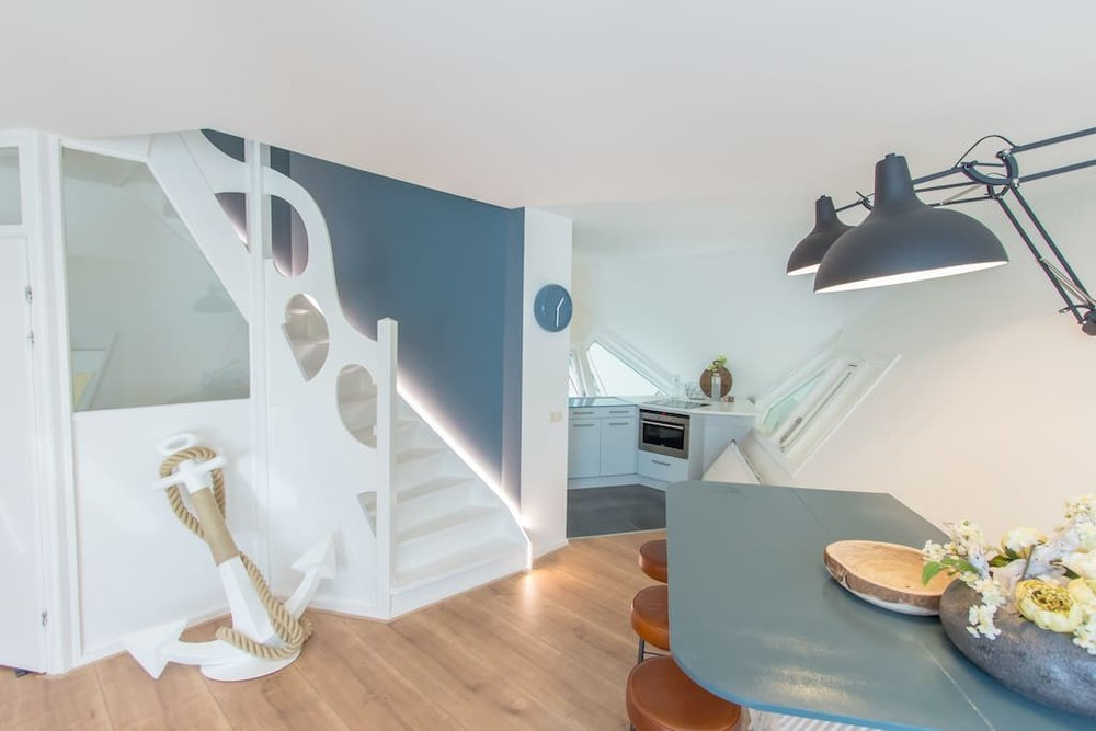"""Die erste Ebene im Kubushaus wurde von Piet Blom """"Strassenhaus"""" genannt. Ihre Fenster geben den Blick auf die darunterliegende Strasse frei. Bildquelle: airbnb.com"""