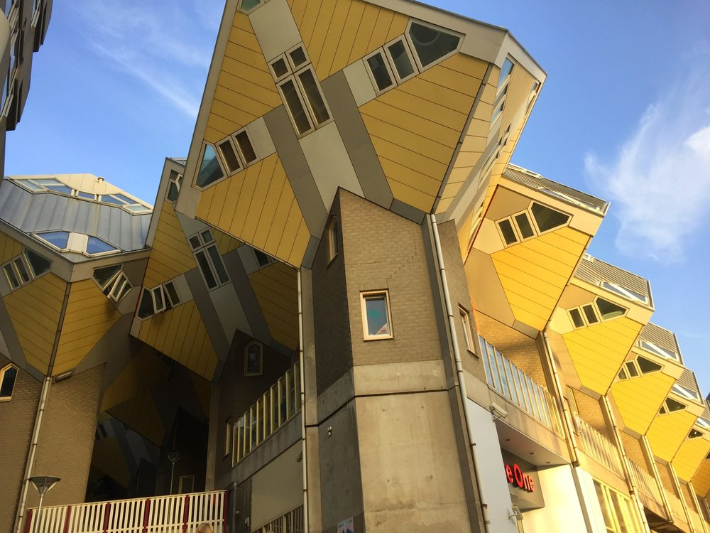 Die Kubushäuser ergeben gemeinsam das Dach des Wohnkomplexes, das Geschäfte und Gemeinschaftsräume beherbergt.