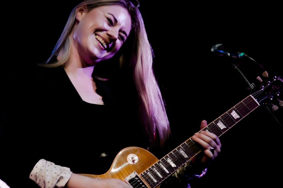 Joanne Shaw Taylor with guitar.jpg
