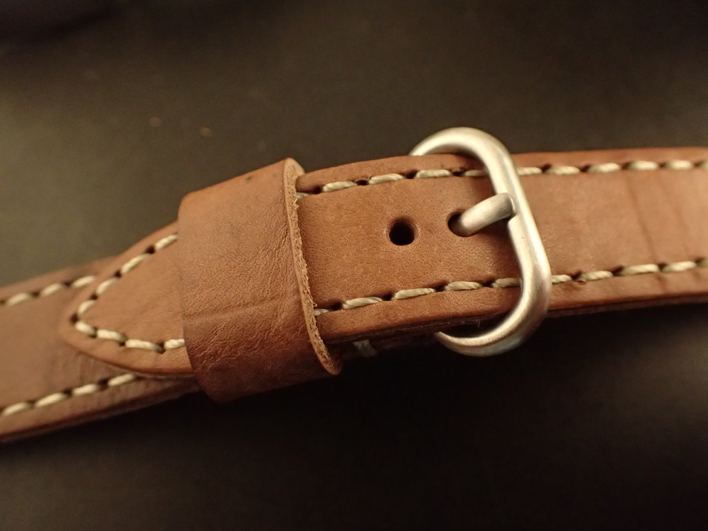 A fixed oval buckle was used.