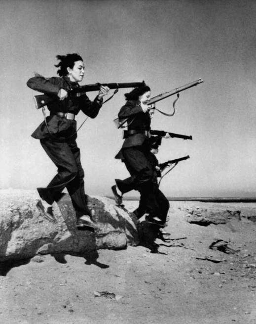 """zamaaanawal :     Female members of #Egypt's """"liberation battalions"""" train in the desert for guerrilla warfare against the British, 1951.   نساء مصريات ضمن """"كتائب التحرير"""" يتدربن في الصحراء على العمليات الفدائية ضد البريطانيين في منطقة قناة السويس"""