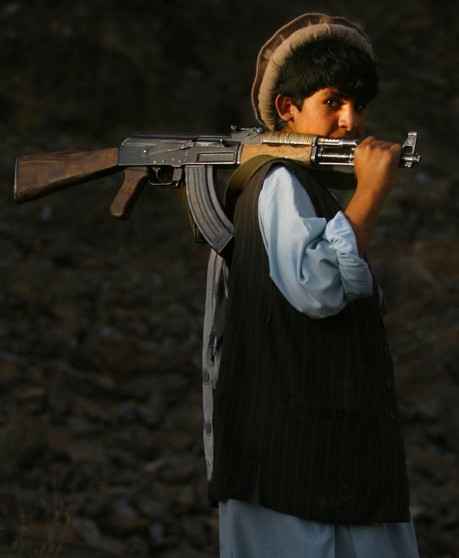 simply-war :     Esmad Ullah, a teenage soldier in Afghanistan's national army. This picture was taken in 2003, near Ullah's observation post outside of Kabul.    Photo: Tom Hanson, CP/AP