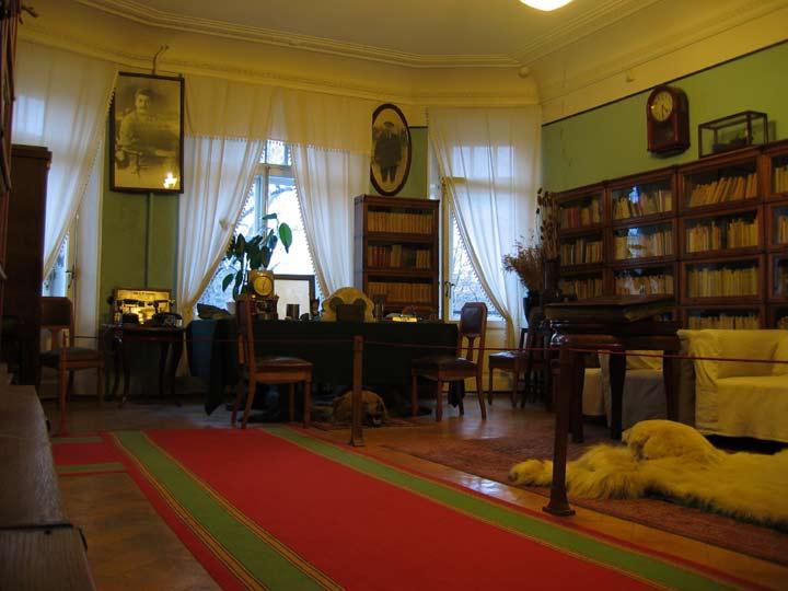 Boekenkasten in de woning van de Leningradse partijbaas Kirov.