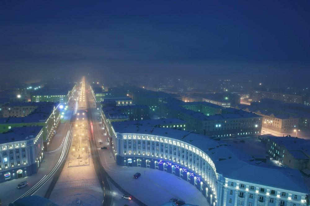 Norilsk werd ontworpen door architecten die in de Goelag zaten. Het centrum is gebouwd in de Stalinistische stijl.