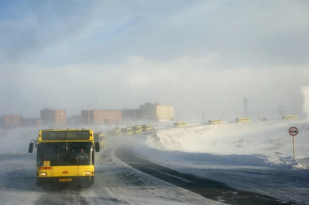 Tijdens een sneeuwstorm gaat het busvervoer in colonnes. Gaat een bus kapot, dan kunnen de passagiers veilig overstappen op een andere.