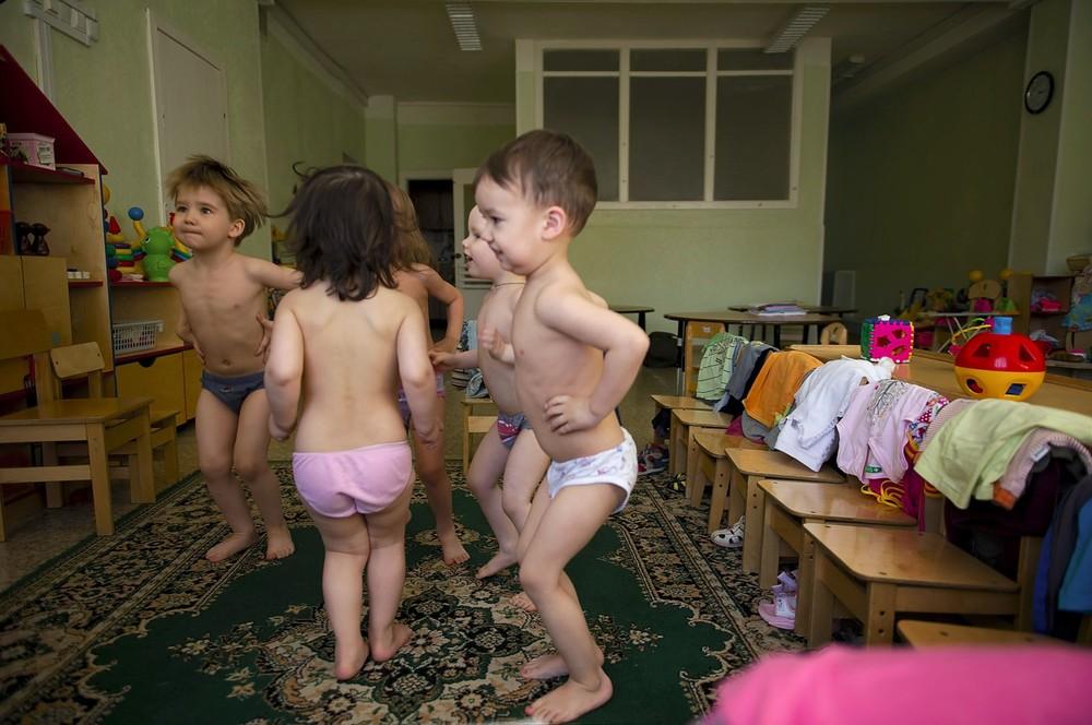 Gymnastiek zonder kleren. Zo raken de kinderen beter bestand tegen de kou.