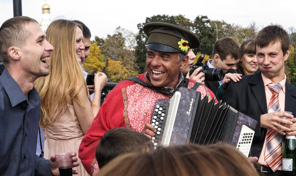 bruiloft Russische bruid Loezjkov brug Moskou muzikant champagne accordeon