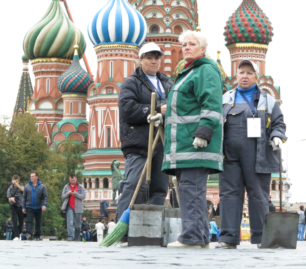 Russische vrouwen Rode Plein straatvegers straatveegsters kerk